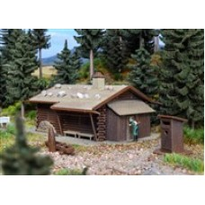 VO43708 H0 Hunting lodge with fountain and outhouse